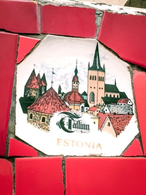 A tile on the wall of Escadaria Selaron with a picture of Tallinn